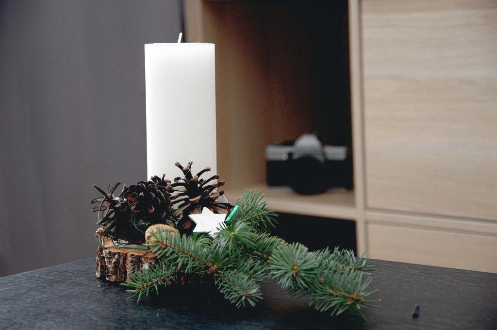 Svícen na dřevěné kulatině