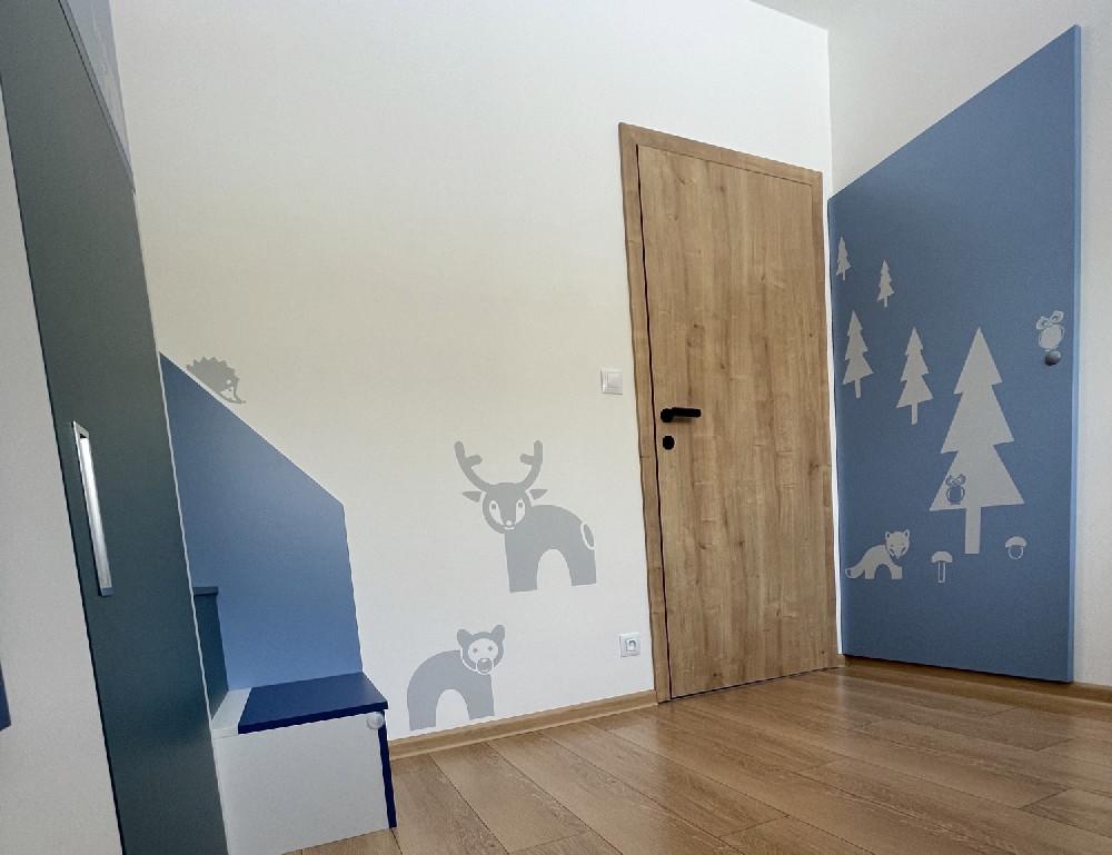Dětský pokoj modrá, šedá, dřevo
