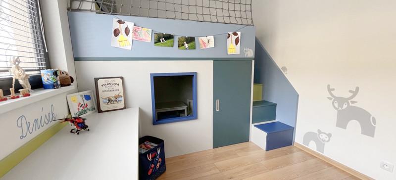 Barevný dětský pokoj se schovkou
