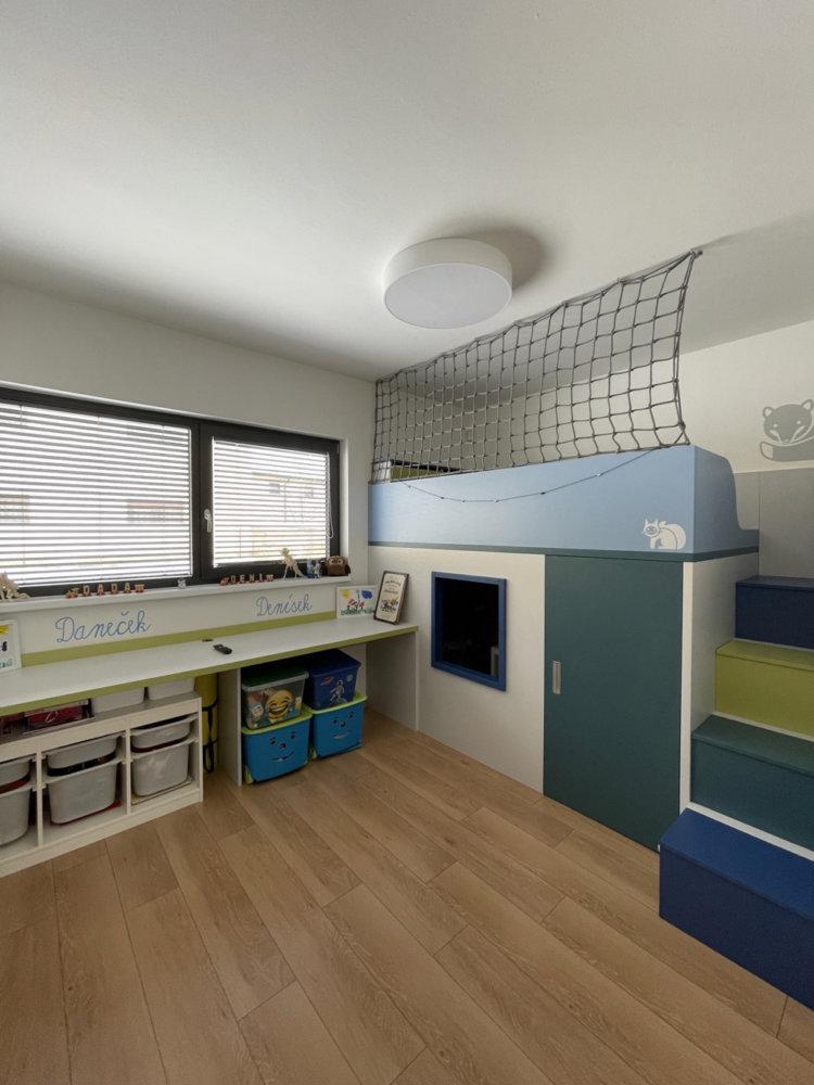 Dětský pokoj - stůl pod oknem