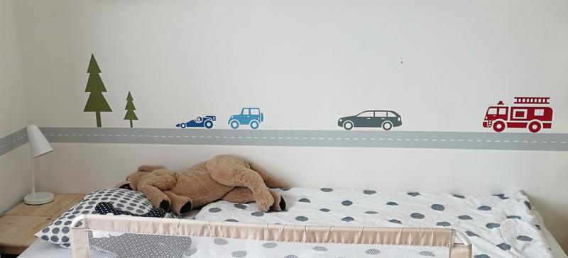 Klučičí dětský pokojík se silnicí v lese a auty na zdi