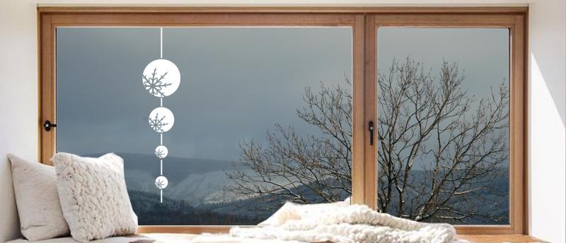 Vánoční samolepka na okno Koule doplněné provázkem