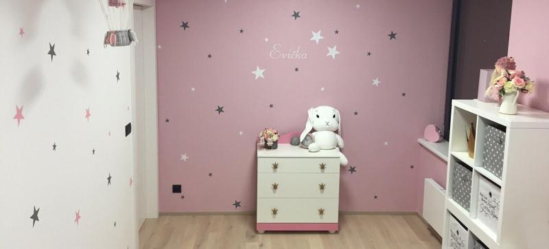 Růžový dětský pokoj pro malou princeznu plný hvězd